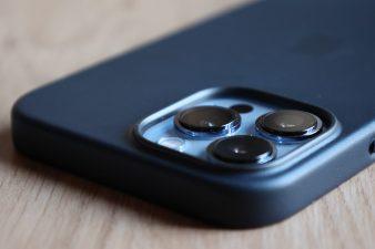 L'iPhone 13 Pro Max et sa coque de cuir noir.