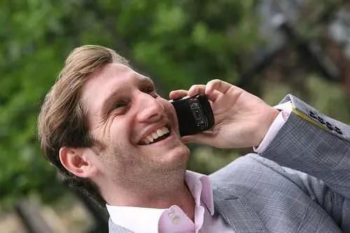 μιλάει στο κινητό