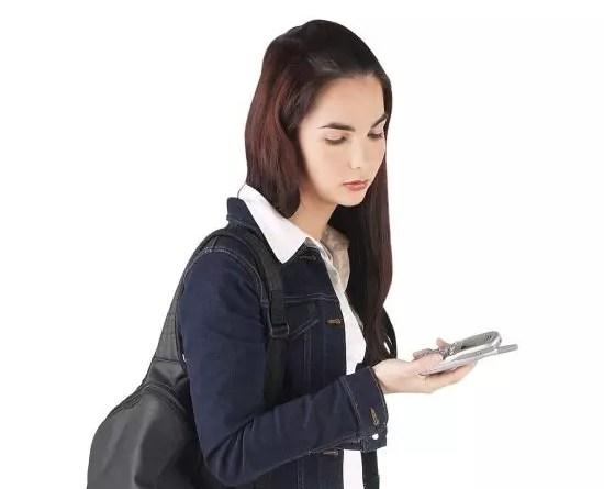 Μαθήτρια με κινητό τηλέφωνο