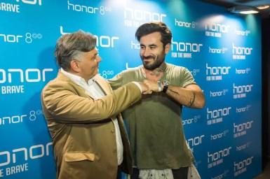 Δεξιόστροφα, Ο Country Marketing Manager της Huawei Πέτρος Δρακόπουλος μαζί με τον ήρωα του brand Honor στην Ελλάδα Γιώργο Μαυρίδη