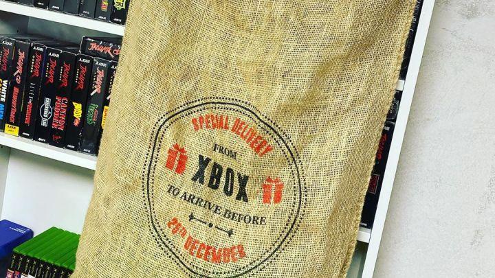 Retrouvé dans notre collection, un «sac à patates» Xbox de Noël. #Xbox #XCN #Christmas #Noel #FewYearsAgo #Bag #SacAPa…