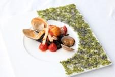北海道産の雲丹がトッピングされた魚介の恵みがつまったパスタです