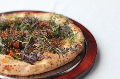 いくらとカラスミが散りばめられた贅沢なピッツァ