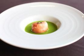 ほんのり温めたモッツァレラの生ハム包み イタリア産グリーンピースのスープ仕立て