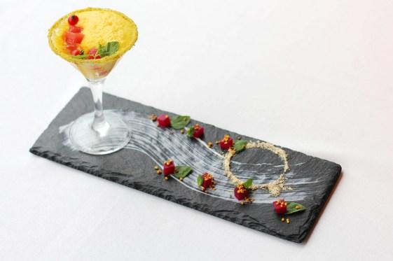 黄色のエスプーマとトマトエキスと西瓜のカクテル
