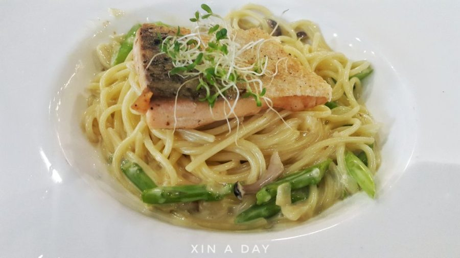 Pan Fried Salmon with Creamy Sauce Pasta 香脆三文鱼奶油意大利面 (RM20.90)