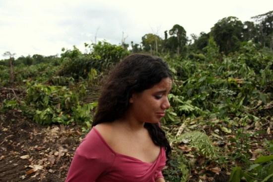 Filha de 14 anos percorre cacaueiro cultivado pelo pai, seu Sebastião