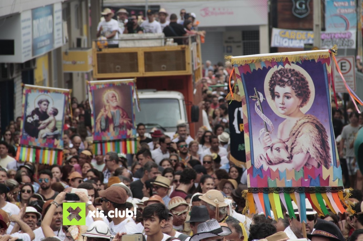 Maior cortejo junino do Brasil: Caminhada do Forró movimenta véspera de São João em Arcoverde