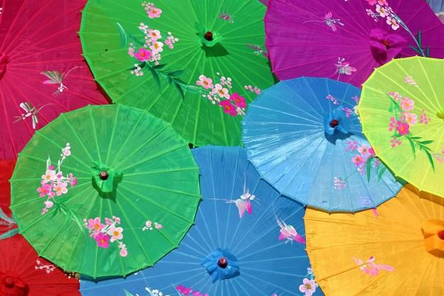 מגוון צבעים של מטריות