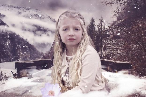 ילדה עצובה בטבע קר