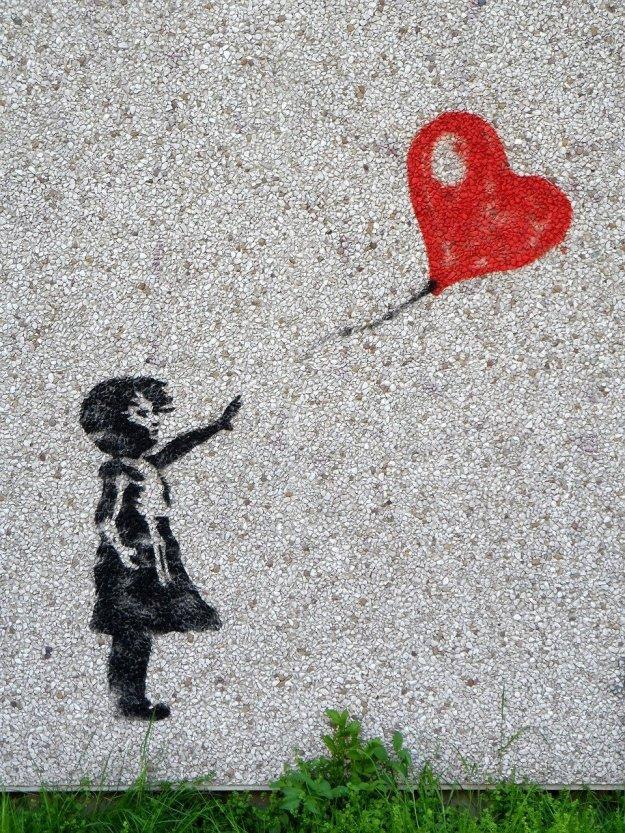 ילדה שהבלון בצורת לב ברח ממנה