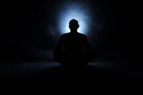 איש מודט בחושך לאור