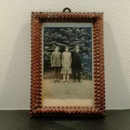 Gammelt foto i udskåret ramme