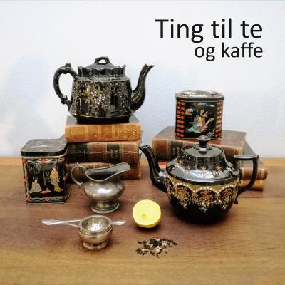 Tekande, tepotte, tedåser omgivet af en mælkekande i sølv, en sølvtesi, en halv citron og lidt lidt løs te - arrangeret på smukke antikvariske lædderindbundne bøger