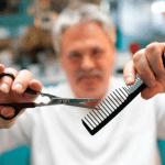 Un 'tiktoker' peluquero deja irreconocible a un indigente (VIDEO)