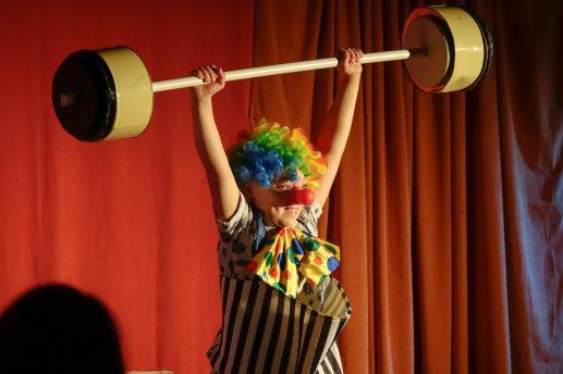 Cirkus med klov der løfter