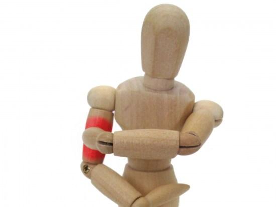 腕を掻いている人形の画像