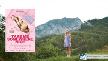 Bosna asıllı yönetmen Ena Sendijarevic'in ilk uzun metrajlı filmi olan Take Me Somewhere Nice, hasta babasını görmek için Hollanda'dan Bosna'ya giden genç bir kızın yaşadığı yerden ilk ayrılışını anlatırken, göçmenlik ve aidiyet kavramlarını basit diyaloglarla derinlemesine işliyor.