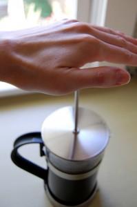 フレンチプレス(コーヒープレス)で一味違ったコーヒーはいかが?ゆっくりと下に押し付けてコーヒーを抽出