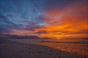 夕日が海をオレンジで照らし、闇が押し寄せてくる