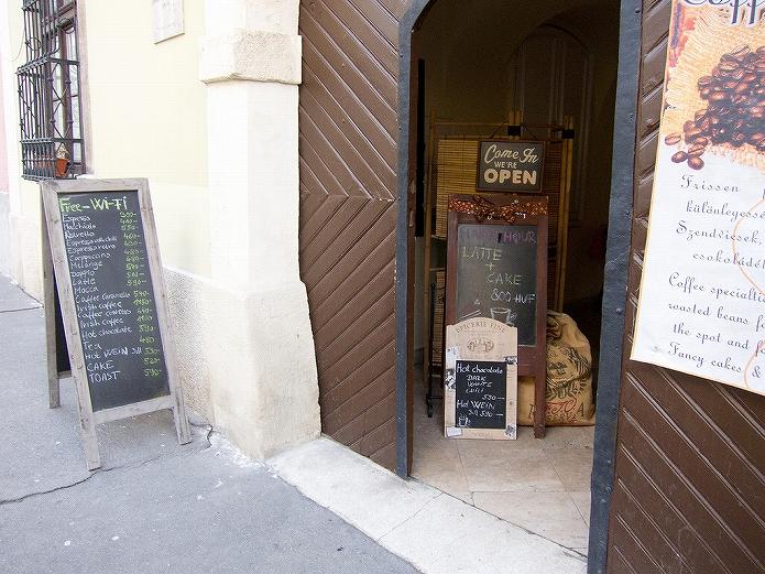 カフェメニューボードを書いている画像も 海外のおしゃれな黒板メニューボード002