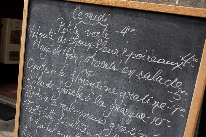 カフェメニューボードを書いている画像も 海外のおしゃれな黒板メニューボード005