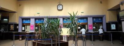 Schalterhalle auf dem Hauptbahnhof Belgrad, Serbien.