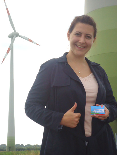 Anja Lange vor Windrad