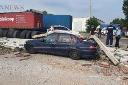 Стена рухна и затисна автомобил