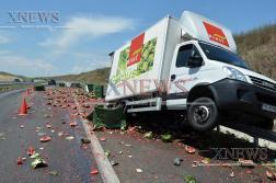 Шофьор избяга след удар с камион с дини