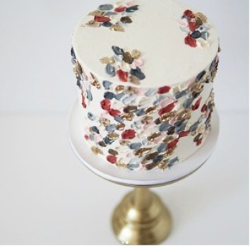 Red, blue, and gold trendy brushstroke cake ideas for beginner bakers. I love decorating cakes and this new brushstroke trend is so cool! These cake ideas are genius and so easy to make for beginner bakers! It so simple to decorate these cakes! Very cool technique! Saving for later!