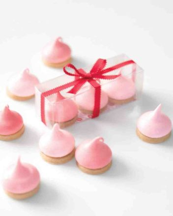 These 16 Easy Valentine's Day Desserts look SO TASTY! I'm so glad I found these GREAT recipes! Show the love with these ten cute and creative ideas for Valentine desserts, like: sugar cookie cake, V-Day pretzels, and more delish treats! Now I have some delicious ideas for my Valentine's Day party! Definitely pinning!