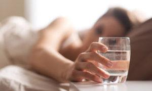 Μην πίνετε νερό από το ποτήρι που έχετε δίπλα σας τη νύχτα – Δείτε γιατί [video]