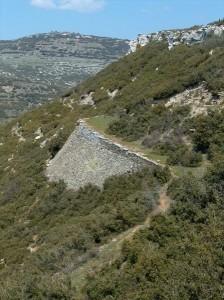 Τμήμα του δρόμου που οδηγεί στα οχυρά, με ισχυρή υποστήριξη. Ακόμη και σήμερα διατηρείται σε πολύ καλή κατάσταση και με μικρές βελτιώσεις μπορεί να χρησιμοποιηθεί.