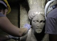 Αποκαλύφθηκαν και δύο καρυάτιδες που φυλάνε τον τάφο στο λόφο Καστά, ενώ βρέθηκε και νέος τοίχος σφράγισης