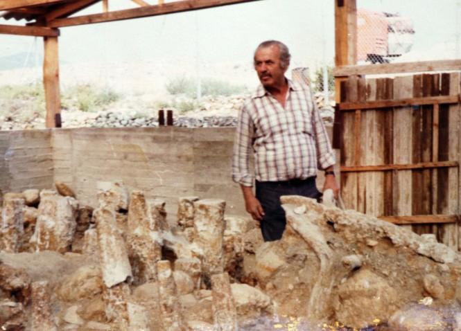 Ο Δ. Λαζαρίδης μπροστά στους πασσάλους της αρχαίας γέφυρας