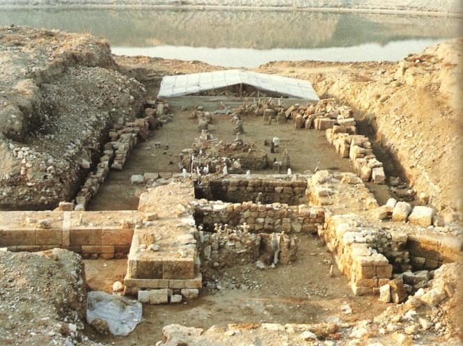 Η πύλη και τα απομεινάρια της γέφυρας, όπως ανασκάφτηκαν