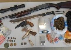 Καβάλα: Mini market με, λίγα ναρκωτικά, λίγα παράνομα όπλα, λίγα αρχαία… τελικά τον «τσίμπησαν»