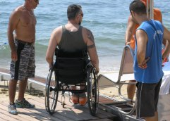 ΚΑΛΑΜΙΤΣΑ: Δροσερές βουτιές και για τα άτομα με κινητικά προβλήματα