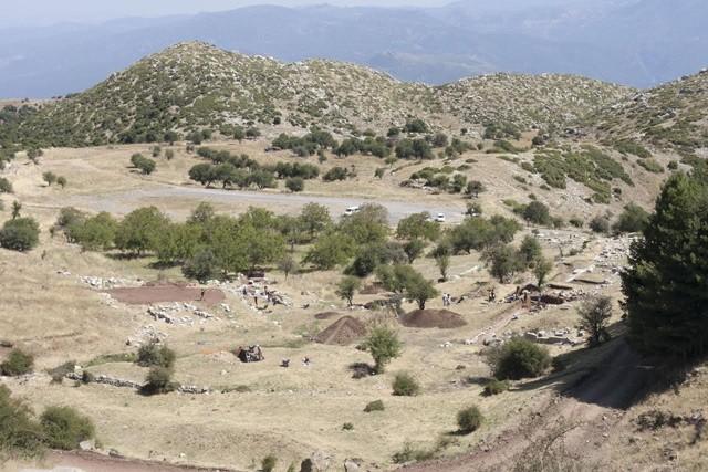 Γενική άποψη του κάτω ιερού με το διοικητικό κτήριο, τη στοά, τον ιππόδρομο, το στάδιο και τα λουτρά