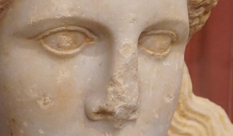 Περί της τυμβοποίησης του λόφου Καστά και των λαθών του κειμένου που πλαισιώνει την έκθεση της κεφαλής της σφίγγας στο Αρχαιολογικό Μουσείο Αμφίπολης