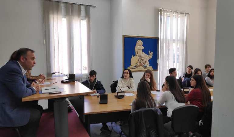 Οι μαθητές της Α' τάξης του Γενικού Λυκείου Λιμένα στο Δήμαρχο Θάσου