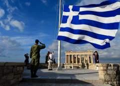 Η Πρόεδρος της Δημοκρατίας Κατερίνα Σακελλαροπούλου παραβρέθηκε στην τελετή έπαρσης της ελληνικής σημαίας στον Ιερό Βράχο της Ακρόπολης