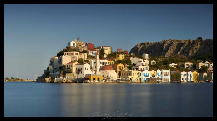 ΚΑΣΤΕΛΛΟΡΙΖΟ: γράφεται με δύο λάμδα όπως η Ελλάδα – Οι εικόνες του Χρίστου Σιμάτου «σταματούν» το χρόνο και «ατενίζουν» το φως στο ακριτικό νησί