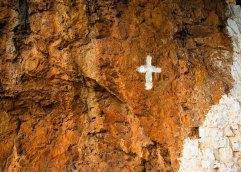 Σταυροί του Αγίου Όρους σε τρούλους, βράχους, φράχτες και προσκυνητάρια