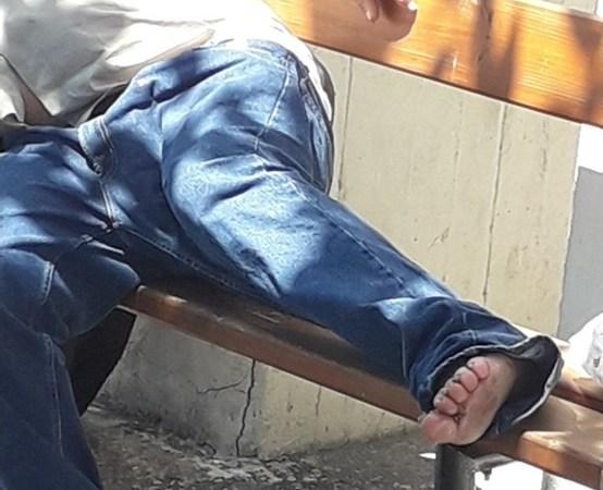 Ένας άστεγος συμπολίτης μας, μετά από νοσηλεία, βρίσκετε σε κακή κατάσταση και ξυπόλυτος στο παγκάκι
