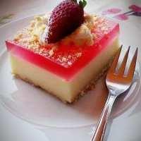 Εντυπωσιακό δροσερό νόστιμο και ελαφρύ γλυκό με κρέμα και ζελέ φράουλα.....!