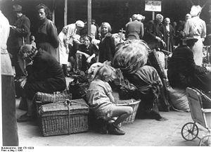 {{BArch-description|1=Berlin, Flüchtlinge aus ...