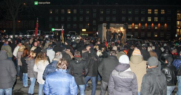 Etwa 150 PEGIDA-Anhänger demonstrierten heute vor dem Duisburger Hautbahnhof