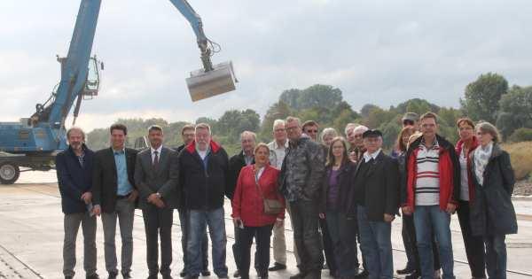 Mitglieder des DGB-Kreisvorstandes und der DGB-Ortsverbände mit Andreas Stolte im Stadthafen Wesel